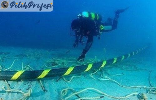 Gaji Teknisi Yang Menyelam Perbaiki Kabel Internet